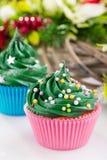 Cupcaks verdes do Natal com decorações festivas Fotos de Stock
