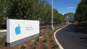 CUPERTINO, CA - 28-ОЕ АВГУСТА 2015: дорога входа до штабы яблока и один бесконечный цикл расположенные в cupertino стоковые фото