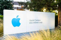 CUPERTINO CA/USA - JUNI 13, 2014: Apple Inc huvudkontor Arkivfoton