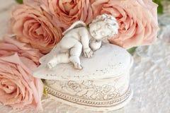 Cupid con las rosas rosadas Fotografía de archivo