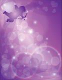 Cupid del día de tarjetas del día de San Valentín con el fondo de los corazones púrpuras Imagen de archivo