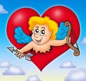 Cupid que está al acecho de corazón en el cielo Imagenes de archivo