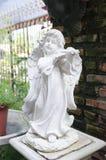 Cupido decorativo que juega la escultura del violín imágenes de archivo libres de regalías