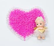 Cupido a destra sui cuori del biglietto di S. Valentino delle perle e del cristallo Immagine Stock