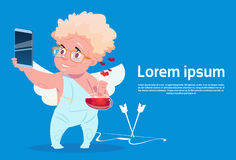 Cupido do amor de Valentine Day Gift Card Holiday com o telefone de Smart da pilha Imagens de Stock