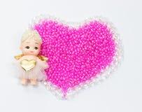 Cupido a sinistra sul cristallo e sulle perle Immagine Stock