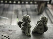 Cupidobeeldhouwwerk op de houten vloer Stock Afbeelding