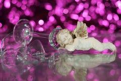 Cupidon de sommeil dans un verre cassé Photo libre de droits