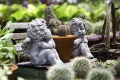 Cupidon jumeau dans le jardin Photographie stock libre de droits
