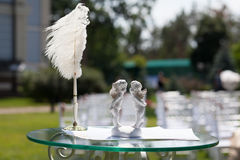 Cupidons, certificat d'andde stylo sur la table pour l'enregistrement de mariage Photos stock
