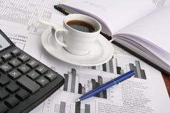 Cupkaffee auf Wirtschaftsnachrichten stockbilder