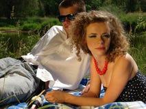 Cuple op de deken op de picknick royalty-vrije stock fotografie