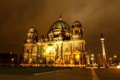 Cupola berlinese alla notte immagini stock