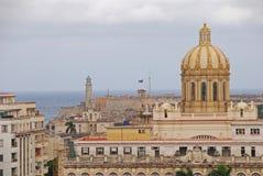 Cupola del museo della rivoluzione con il faro ed il castello di Faro Castillo del Morro nei precedenti Fotografia Stock