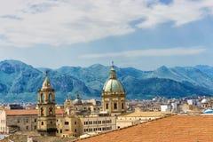 Cupola del san Catherine Church con le montagne a Palermo, Italia immagine stock libera da diritti