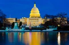 Cupola del senato Capitol Hill del congresso degli Stati Uniti che costruisce nella sera di tramonto fotografie stock libere da diritti