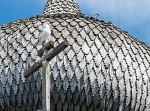 Cupola della chiesa di legno in Kizhi, uccello sull'incrocio Immagine Stock Libera da Diritti