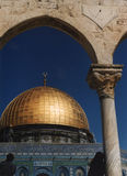 Cupola della roccia e del Qanatir con il quadrante di Sun fotografia stock libera da diritti