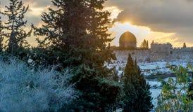 Cupola della roccia a Gerusalemme backlit dal tramonto fotografia stock libera da diritti