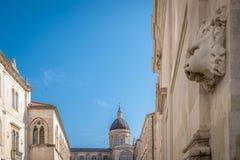Cupola della torre di chiesa e della scultura in Ragusa Fotografia Stock Libera da Diritti