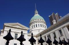 Cupola di rame di vecchia casa di corte a Jefferson Expansion Memorial nell'orizzonte del Saint Louis fotografia stock libera da diritti