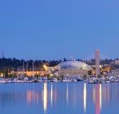 Cupola di Tacoma con le barche ed il porticciolo. Città del centro alla notte. fotografia stock libera da diritti
