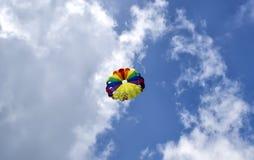 Cupola di un paracadute contro un cielo nuvoloso blu Vista dal basso fotografia stock