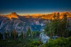 Cupola di Yosemite del parco nazionale la mezza si è accesa dal ghiacciaio probabilità di intercettazione della luce del tramonto Fotografia Stock Libera da Diritti