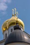 Cupola dorata della chiesa ortodossa russa sotto cielo blu Fotografie Stock Libere da Diritti
