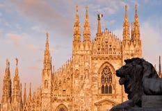 Cupola e leone di Milano Fotografie Stock Libere da Diritti
