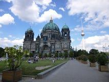 Cupola e torre della TV a Berlino Fotografia Stock
