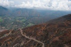 Cupole arancio degli alianti in valle della montagna, sopra le alte colline Fotografia Stock Libera da Diritti