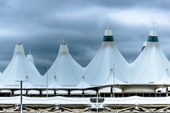 Cupole bianche del tetto della tenda a Denver International Airport Fotografie Stock Libere da Diritti