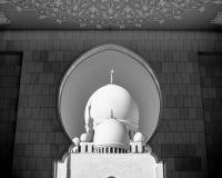 Cupole bianche di sceicco Zayed Grand Mosque tramite il portone fotografia stock libera da diritti