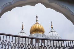 Cupole bianche e dorate delle moschee Immagine Stock
