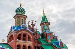 Cupole del tempio dell'tutte le religioni Il villaggio di vecchio Arakchino Kazan, Tatarstan fotografia stock