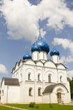 Cupole della chiesa con la stella blu in Suzdal' Fotografie Stock Libere da Diritti