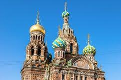 Cupole della chiesa del salvatore sul sangue Spilled contro cielo blu Fotografia Stock Libera da Diritti