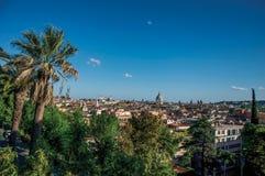 Cupole delle cattedrali e tetti delle costruzioni a Roma immagine stock libera da diritti