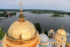 Cupole dorate della chiesa e del lago Fotografia Stock