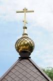 Cupole dorate della chiesa ortodossa russa contro il cielo blu Fotografia Stock