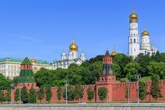 Cupole dorate delle chiese in Cremlino di Mosca su un fondo del cielo blu nella mattina soleggiata di estate fotografie stock libere da diritti