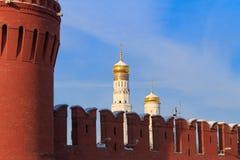 Cupole dorate delle chiese nel Cremlino di Mosca su una mattina soleggiata di inverno immagine stock libera da diritti