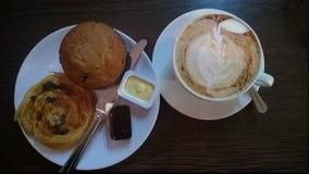 Cuppachino, muffin & danska med sylten arkivbild