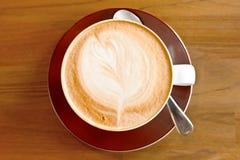 Cuppuccino i koppen som skjutas från över Arkivfoton