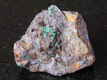 Cuprite και Malachite Limonite στο μετάλλευμα στο σκοτάδι στοκ φωτογραφία με δικαίωμα ελεύθερης χρήσης