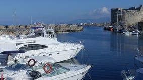 Cuprus pirsegelbåtar detta är vanligt de populäraste turist- dragningarna på stranden Yachten och segelbåten förtöjas på kajen lager videofilmer