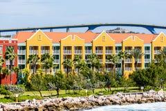 Curaçao colorido recurre debajo del alto puente Foto de archivo libre de regalías