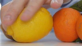 Cura alternativa das vitaminas do estudo do doutor com frutos ou os comprimidos médicos vídeos de arquivo