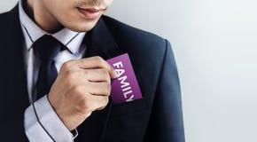 Cura del cliente e concetto di servizi, uomo d'affari Dropping una carta fotografia stock libera da diritti